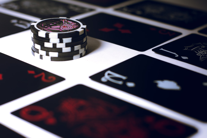 How does roulette payout to all its players?
